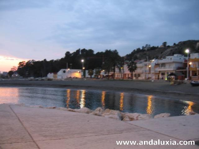 Reflejos de luz en las playas de Pedregalejo al caer la noche